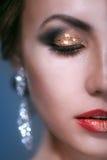 Het portret van schoonheids jonge vrouw met glanst make-up Stock Foto