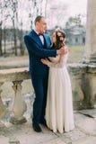 Het portret van sensuele enkel gehuwde echtgenoot en vrouw die het stellen in antiquiteit koesteren ruïneerde paleisterras stock afbeelding