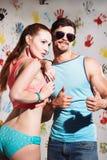 Het portret van sexy jong paar met duimen ondertekent omhoog op grappige pos Royalty-vrije Stock Foto's