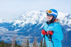Het portret van skiërvrouw geniet van de toevlucht van de de winterski royalty-vrije stock fotografie