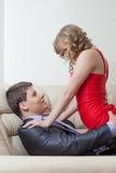 Het portret van speels sexy meisje verleidt zakenman