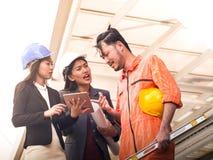 Het portret van het team van de ingenieursontwikkelaar bespreekt een werkplan Stock Afbeeldingen