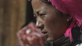 Het portret van Tibetaanse vrouw kijkt spanning onder mensen in het Jidi-dorp, gebied in shangri-La yunnan China stock afbeeldingen