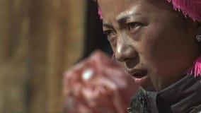 Het portret van Tibetaanse vrouw kijkt spanning onder mensen in het Jidi-dorp, gebied in shangri-La yunnan China royalty-vrije stock afbeelding