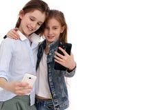 Het portret van twee vrolijke meisjes, meisjes neemt een selfie royalty-vrije stock afbeelding