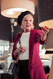Het portret van verfijnde vrouw die lampkwaliteit in opslag controleren royalty-vrije stock foto's