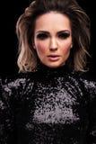 Het portret van verleidelijke vrouw die a dragen sequined zwarte kleding royalty-vrije stock fotografie