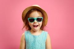 Het portret van verrast meisje met open moutn, draagt in de hoed van Panama en zonnebril, uitdrukt verrassing en de verrukking, b stock afbeeldingen