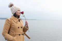 Het portret van het volwassen meisje ruiken nam toe royalty-vrije stock fotografie