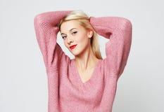 Het portret van vrolijke vrij jonge vrouw voelt blij stock afbeeldingen