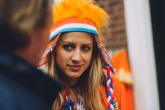 Het portret van vrouw kleedde zich in oranje, gekke hoed, de festiviteit van de Konings` s Dag in Nederland stock foto