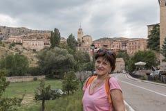 Het portret van vrouw sightseeing op middelbare leeftijd door Albarracin, middeleeuwse stad in de provincie van Teruel, is een na royalty-vrije stock foto's
