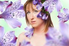 Het portret van vrouwen met bloem Stock Fotografie