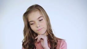 Het portret van wanhopig jong mooi meisje leunt bij handen en het denken stock videobeelden