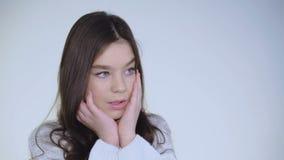 Het portret van wanhopig jong mooi meisje leunt bij handen en het denken stock video