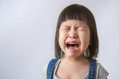 Het portret van weinig het Aziatische schreeuwende meisje kleine rollen scheurt het huilen emotie Stock Foto