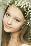 Het portretmeisje van de lente met kroon van bloemen royalty-vrije stock afbeeldingen