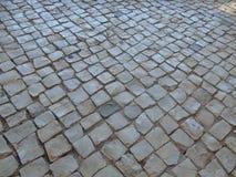 Het Portugees cobbled straat stock afbeeldingen