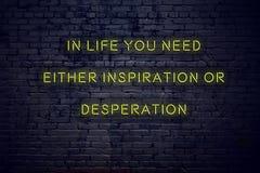 Het positieve inspirerende citaat op neonteken tegen bakstenen muur in het leven u vergt of inspiratie of wanhoop royalty-vrije illustratie