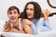 Het positieve knappe jonge echtgenoot en vrouwen stellen stock afbeelding
