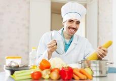 Het positieve kok koken met spaghetti Stock Afbeeldingen