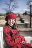 Het positieve meisje van de schoolleeftijd is in het park Stock Foto