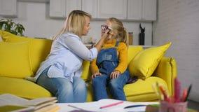 Het positieve moeder van toepassing zijn maakt haar dochter goed stock video
