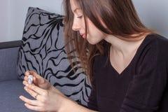 Het positieve resultaat glimlachende vrouw van de zwangerschapstest Royalty-vrije Stock Afbeelding