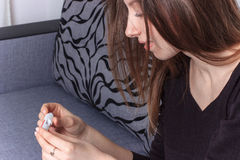 Het positieve resultaat glimlachende vrouw van de zwangerschapstest Stock Afbeelding