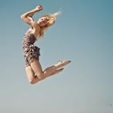 Het positieve springen in hemel stock afbeeldingen
