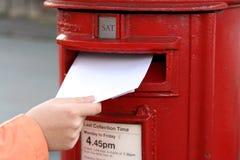 Het posten van brief aan rode Britse postbox Royalty-vrije Stock Afbeeldingen