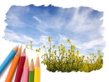 Het potlood dat van de kleur open blauw hemellandschap trekt Stock Foto's