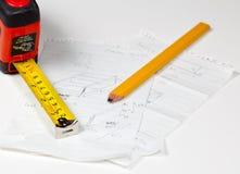 Het potlood en de regel van de timmerman op plannen Royalty-vrije Stock Afbeeldingen