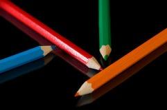 Het potlood van de kleur op zwarte stock foto's