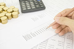 Het potlood van de mensenholding aan de rekening van controlefinanciën Stock Foto's