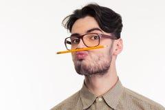 Het potlood van de mensenholding tussen de lip en de neus royalty-vrije stock foto