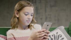 Het praatje van het tienermeisje met vriend door smartphone thuis stock videobeelden