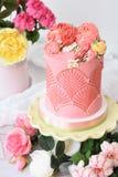 Het prachtig verfraaide dessert van de bloemcake met bloemen rond en witte achtergrond stock foto