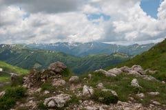 Het prachtige berglandschap van het Natuurreservaat van de Kaukasus stock afbeelding