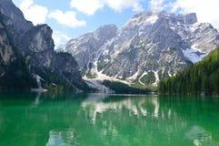 Het prachtige die Braies-meer in het Dolomiet in de lente met de bergen nog in sneeuw worden behandeld Royalty-vrije Stock Afbeeldingen