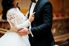 Het prachtige jonggehuwde van het huwelijkspaar bij rijk houten koninklijk paleis Stock Foto's