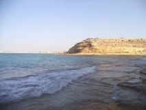 Het prachtige strand ziet blauw water stock fotografie