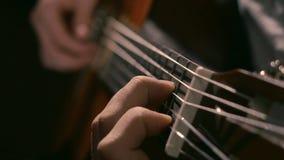 Het praktizeren in het spelen gitaar Knappe jonge mensen die gitaar spelen Speel de gitaar Overhandigt het spelen gitaar in diago stock afbeeldingen