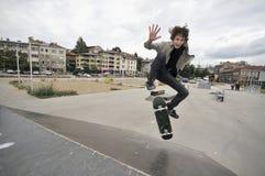 Het praktizeren van de jongen het met een skateboard rijden Royalty-vrije Stock Foto's