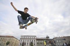 Het praktizeren van de jongen het met een skateboard rijden Stock Afbeeldingen