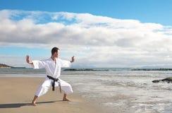 Het praktizeren van de mens Karate Royalty-vrije Stock Foto's