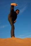 Het praktizeren van de mens karate stock foto's