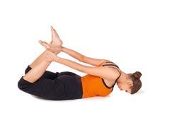 Het Praktizeren van de vrouw de Uitrekkende Oefening van de Yoga Stock Afbeeldingen