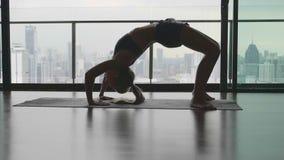 Het praktizeren van de vrouw yoga stock videobeelden