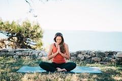 Het praktizeren van de vrouw yoga royalty-vrije stock foto's
